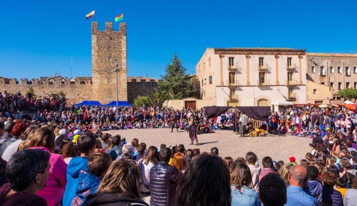 En la Plaza Mayor del pueblo se realizan en fiestas todo tipo de actividades