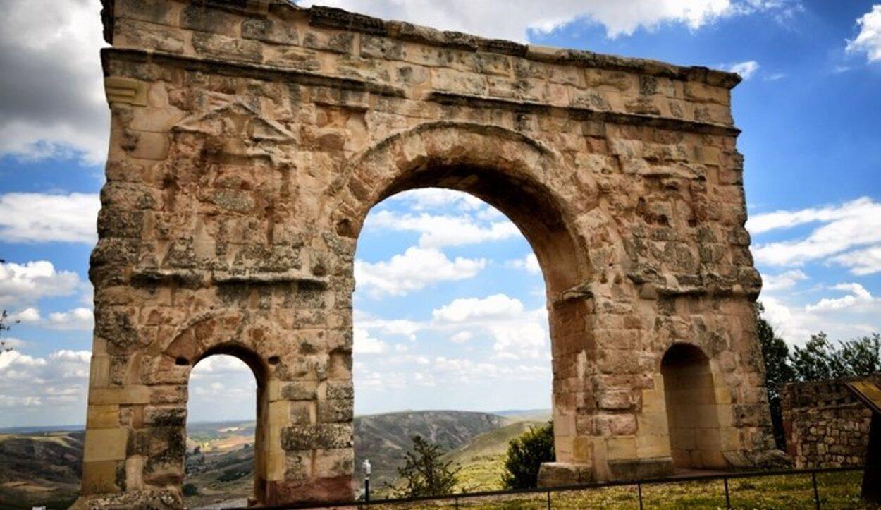Con el paso de los años, el Arco del Triunfo de Medinaceli ha ido perdiendo la decoración del arco