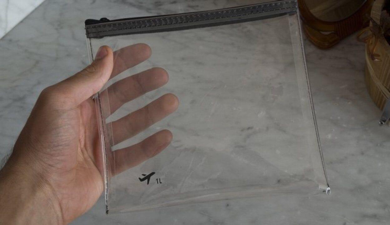 Una bolsa hermética para guardar los líquidos para los viajes en avión
