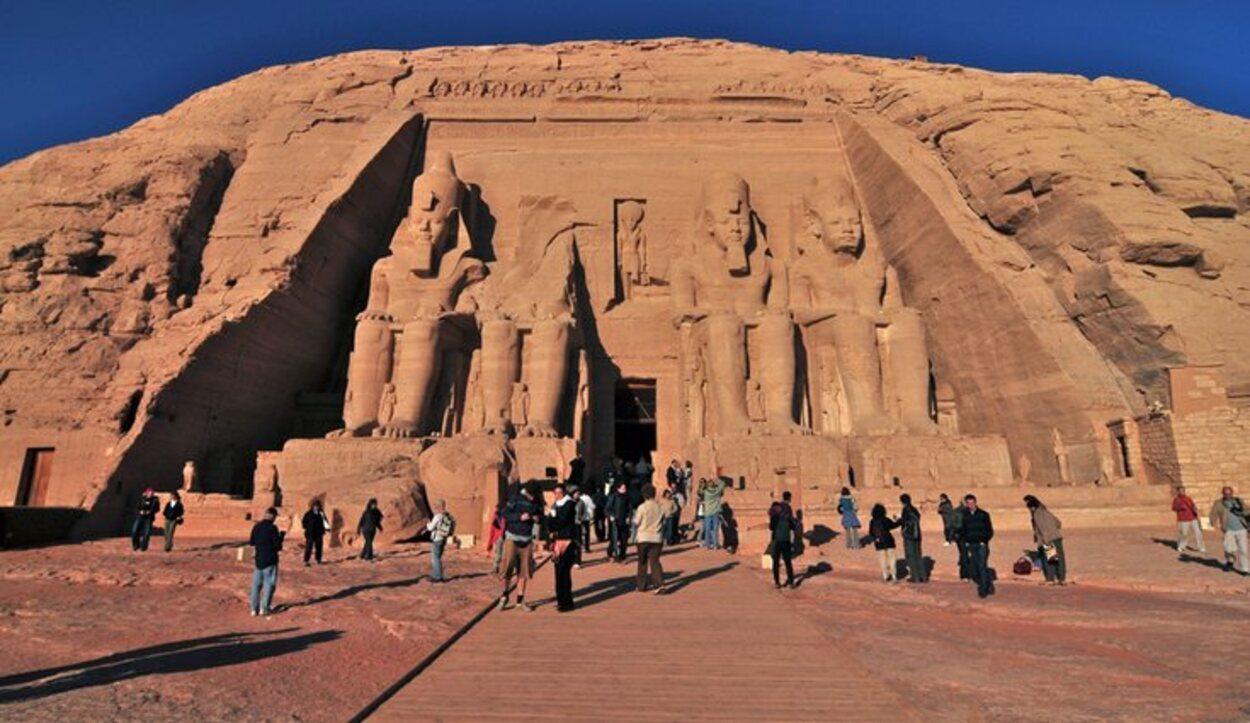 La mayor parte de los monumentos en Egipto están en el desierto al sol.