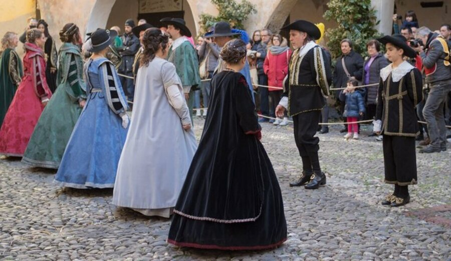 La gente del posto si veste con i costumi tipici dell'epoca