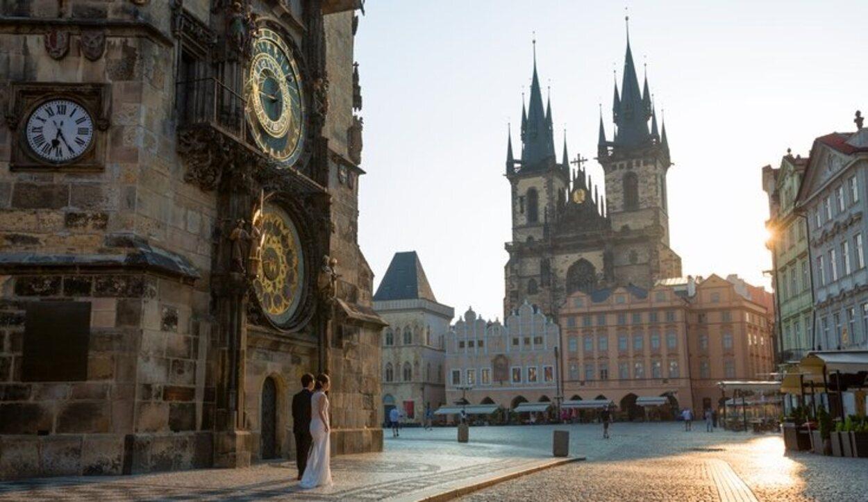 A cada hora en punto entre las 8 de la mañana y las 9 de la noche, el reloj es un escenario teatral