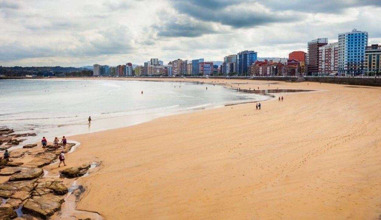 La playa de San Lorenzo se encuentra en pleno centro de la ciudad