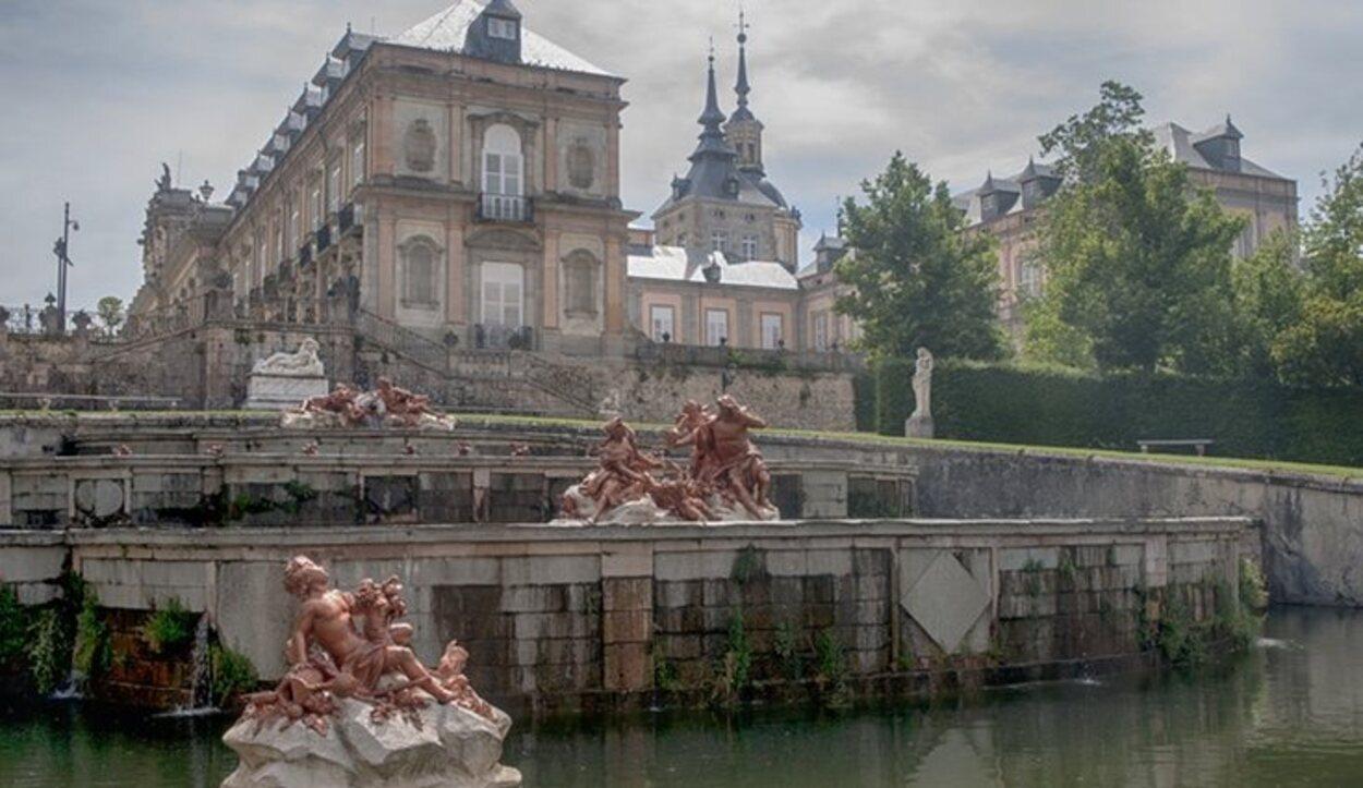 Por fuera del palacio se pueden observar las curiosas estatuas que rodean al edificio