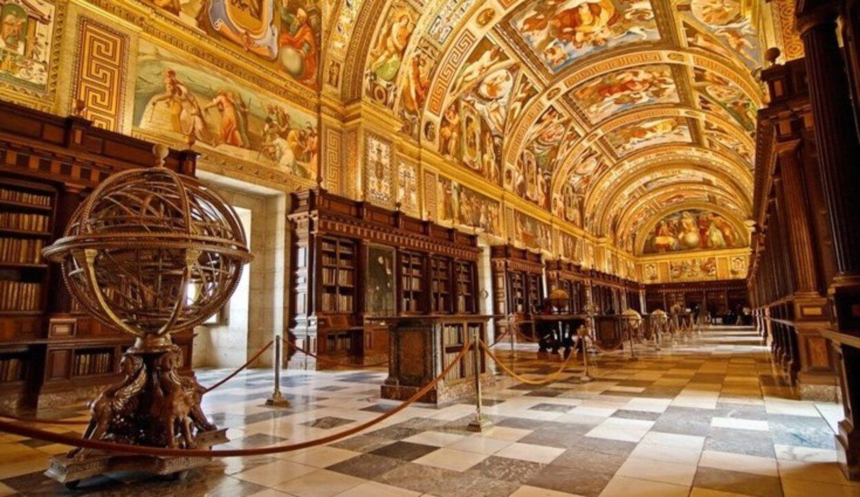La decoración de la biblioteca es lo que más sorprende a sus visitantes   Foto: Real Biblioteca del Monasterio de El Escorial