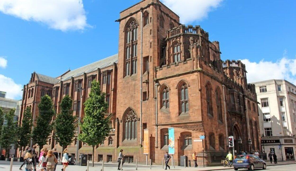 Esta biblioteca ocupa un edificio mezcla de neogótico y victoriano tardío