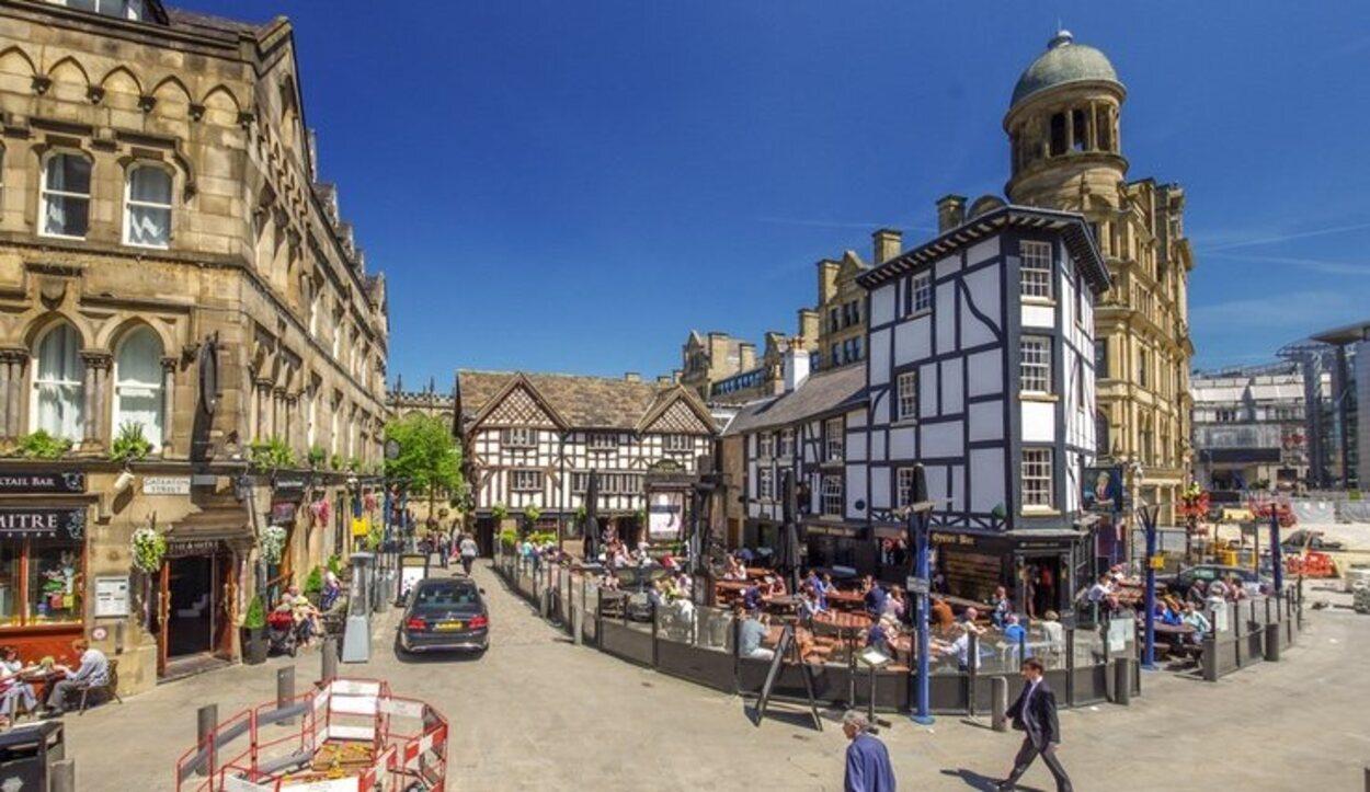 Esta plaza es una parada obligatoria si visitas Manchester para comer o tomar una cerveza