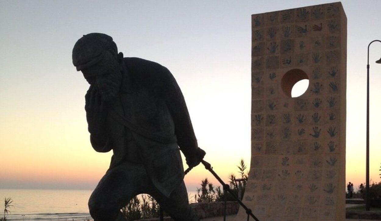 Escultura de bronce en el 'Mirador del Jabiguero'