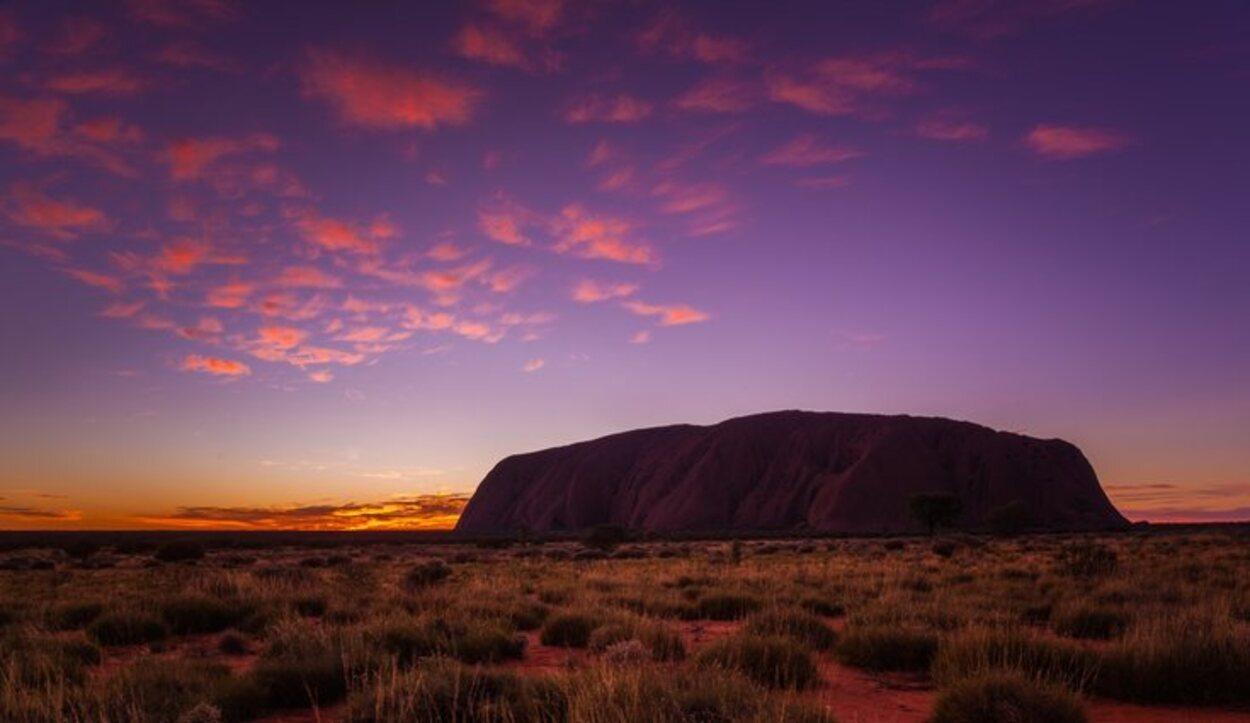 La magia de Uluru es que cambia de color dependiendo de la luz