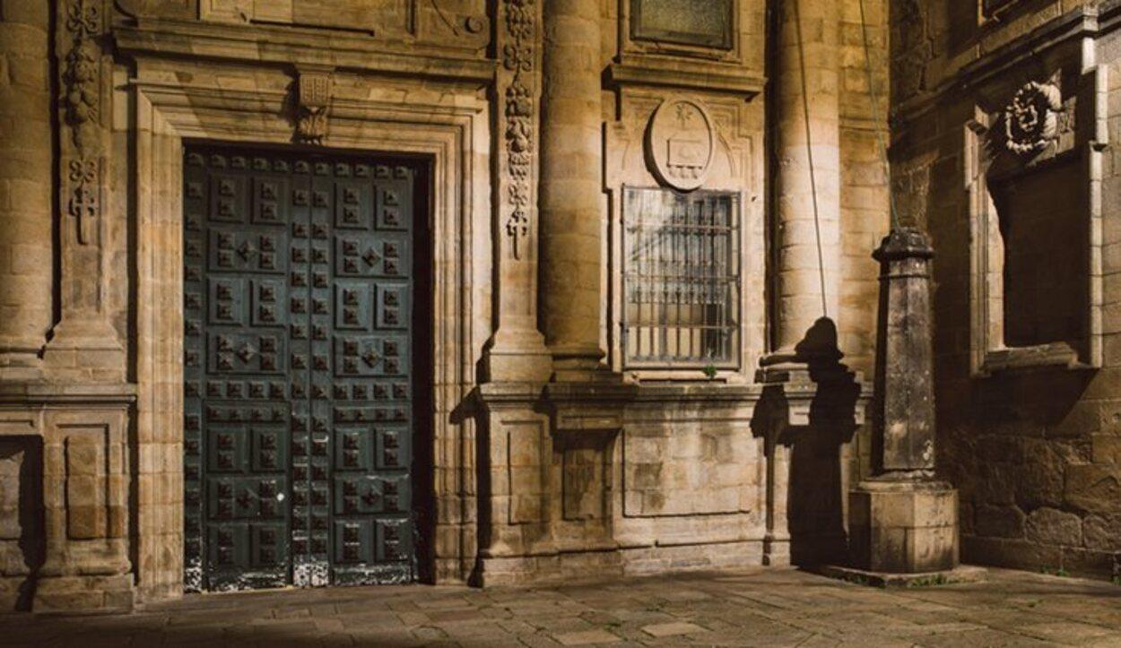La sombra del peregrino en la Plaza de la Quintana