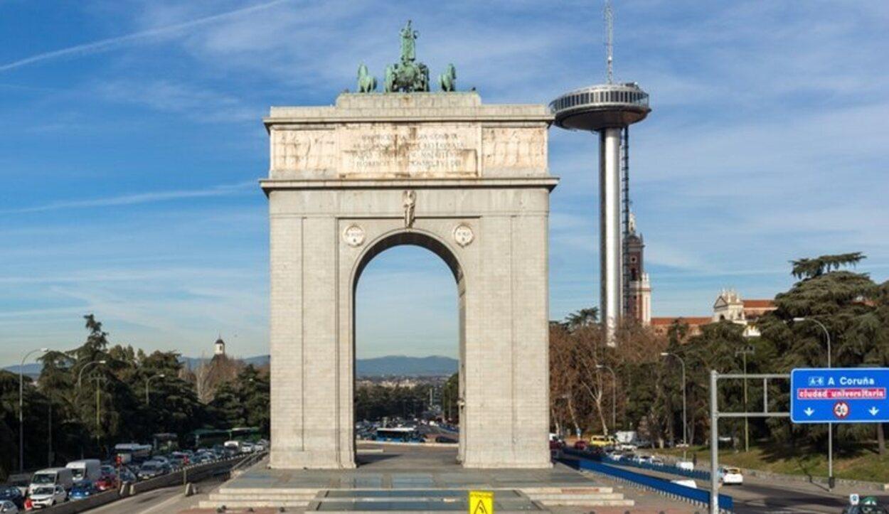 El Arco de la Victoria, el Museo de América un poco más adelante junto Ciudad Universotario