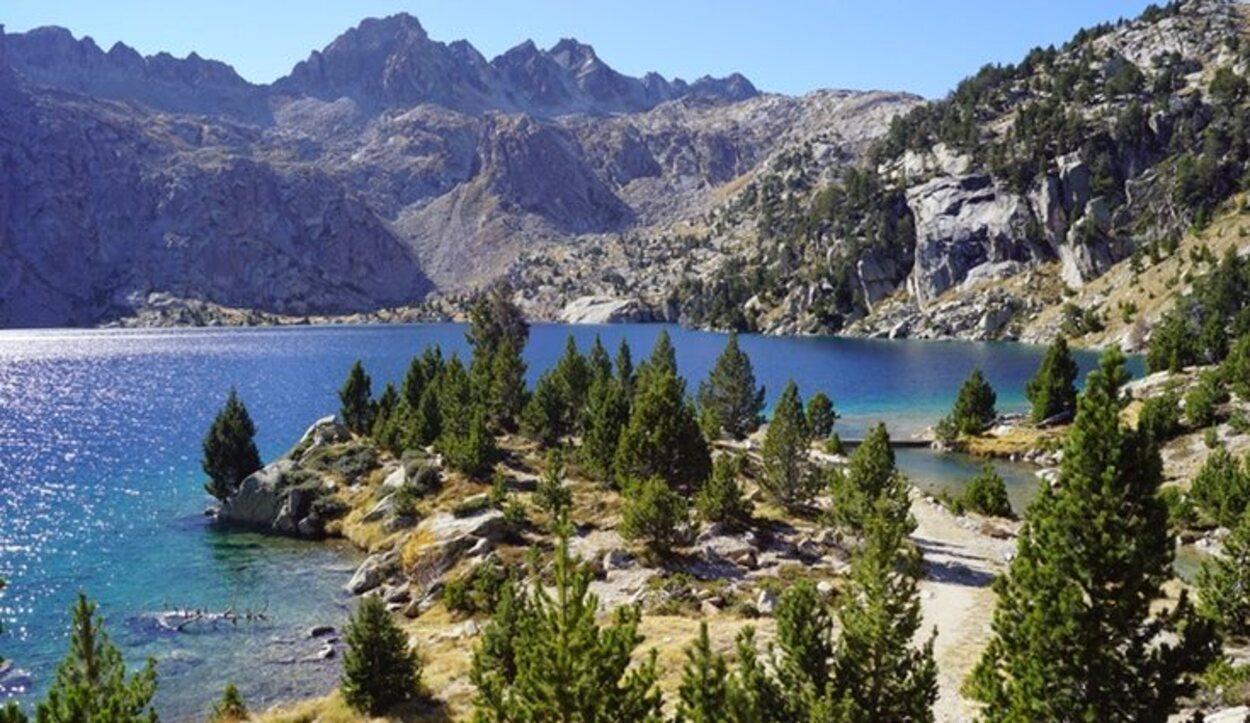 En el Parque Nacional de Aigüestortes y Lago de Sant Maurici se pueden llegar a visitar cerca de 80 lagos distintos