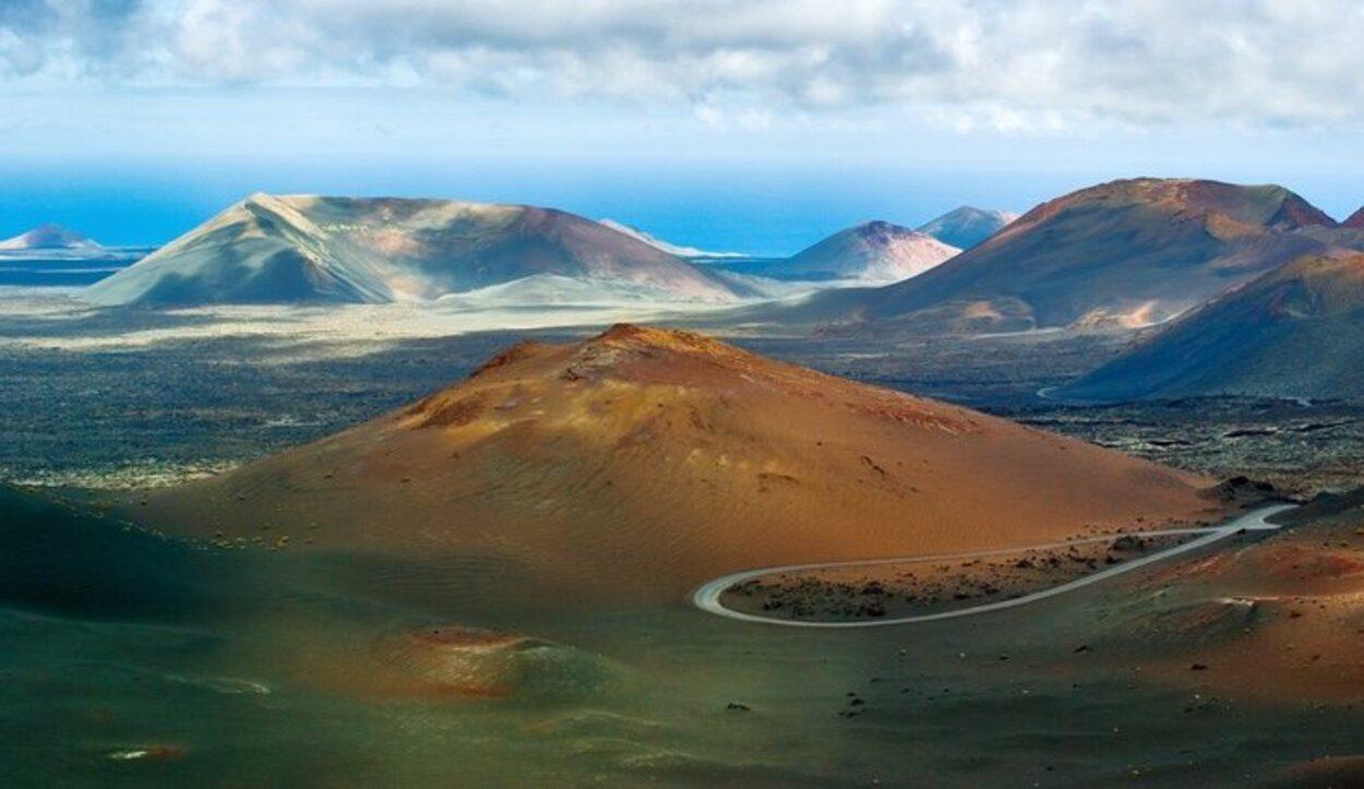 El Parque Nacional del Timanfaya es una de las principales atracciones turísticas de la isla