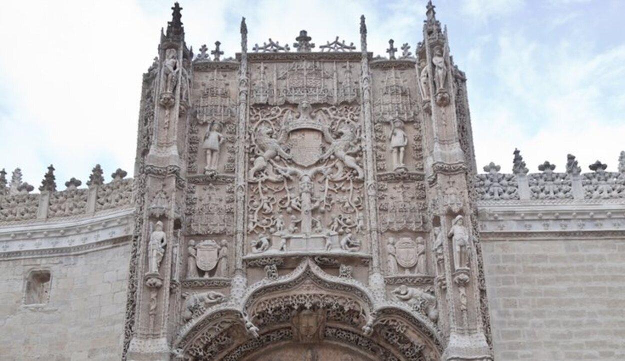 La puerta del Colegio San Gregorion, una de las puertas más detalladas de todo España