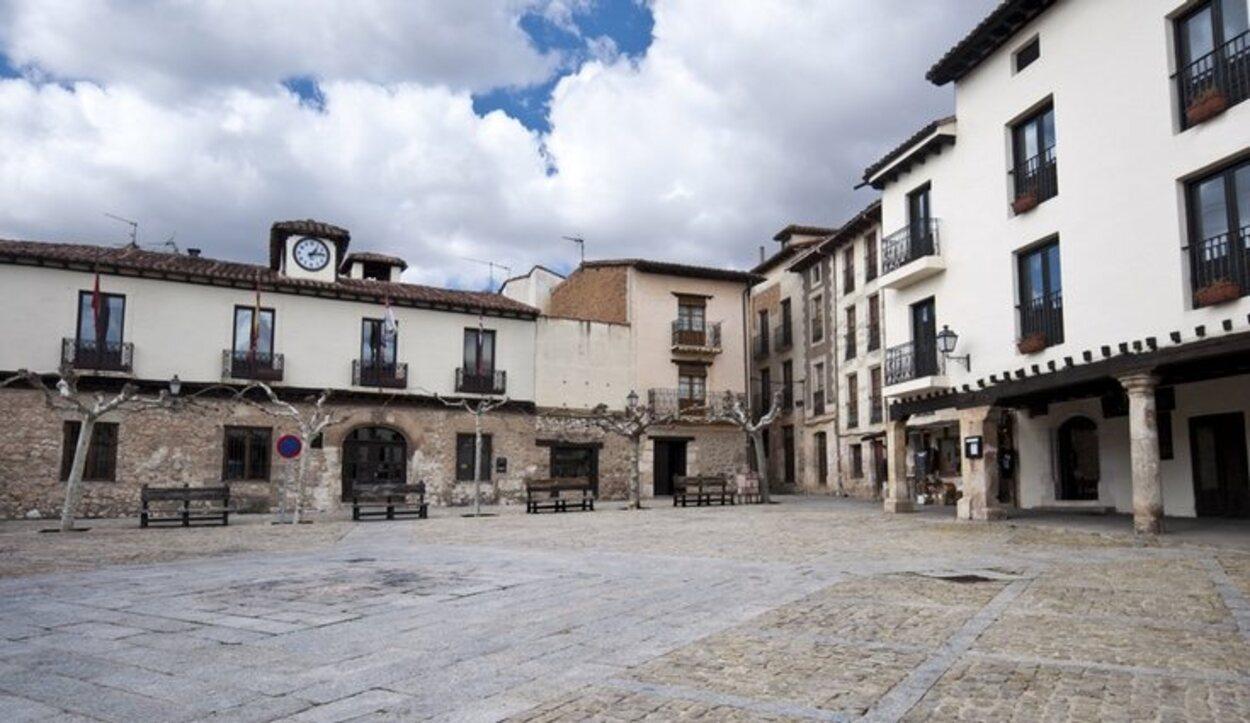 La plaza de Covarrubias lleva siglos siendo el mejor lugar de reunión del municipio