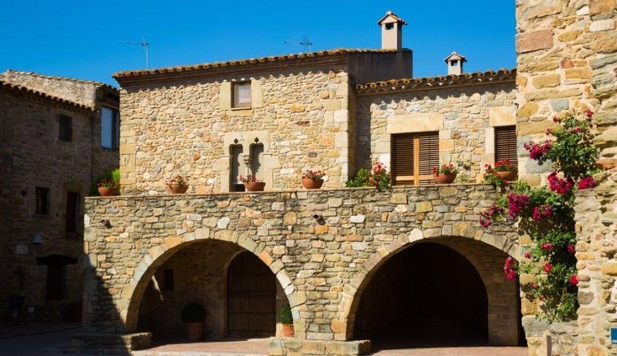 Las fachadas forradas de piedras son la característica principal del pueblo