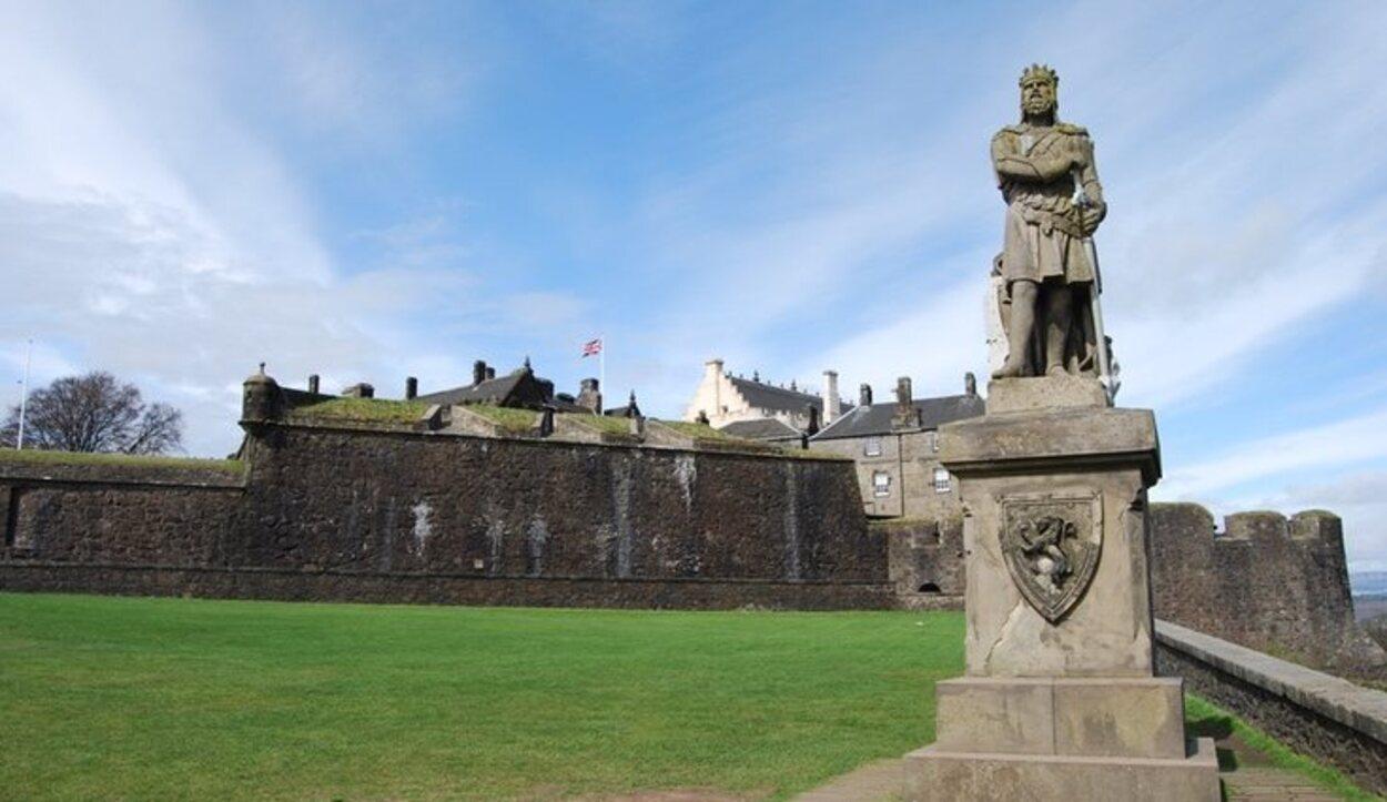 El castillo está lleno de bustos en honor a los personajes importantes que lucharon por la libertad