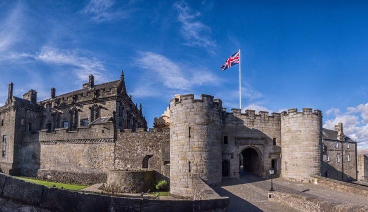 La entrada al castillo impone desde el primer momento