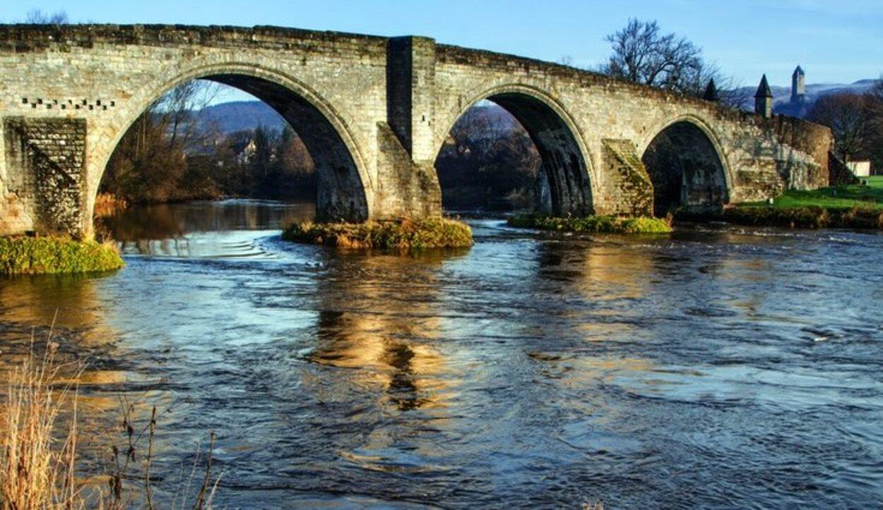 Deberemos cruzar un puente que ha sido espectador de incontables batallas