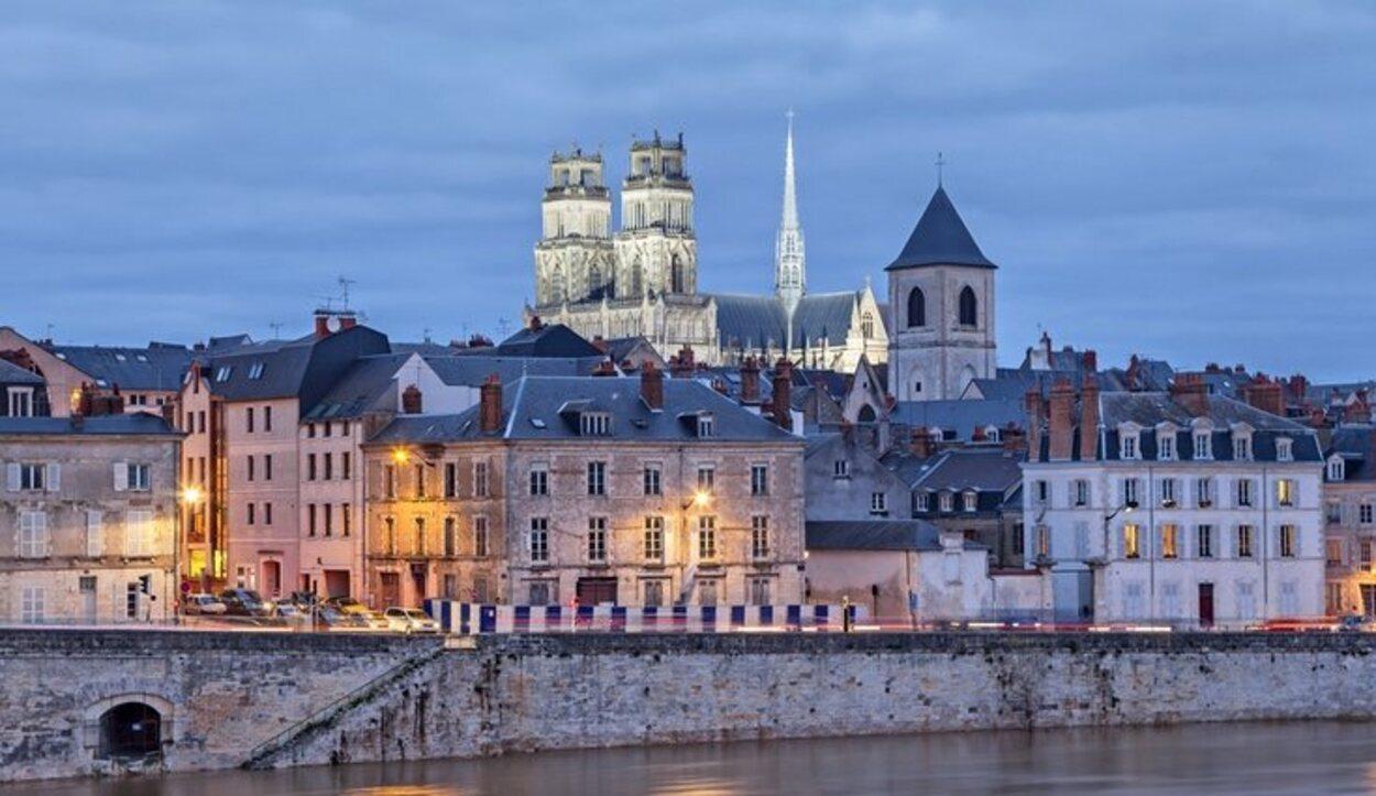 Las luces de la ciudad reflejadas en el agua del río son otros de los motivos para hacer una visita
