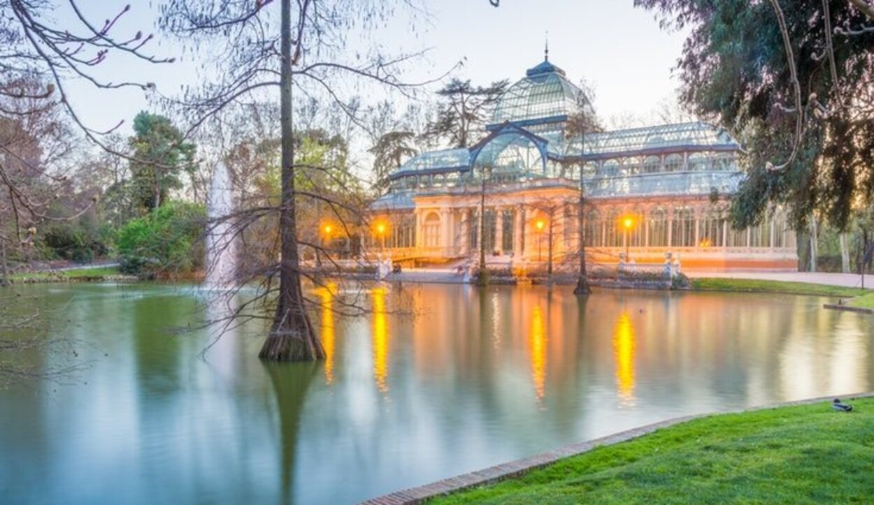 Una de las mejores formas de visitar el Palacio de Cristal es aprovechando la noche