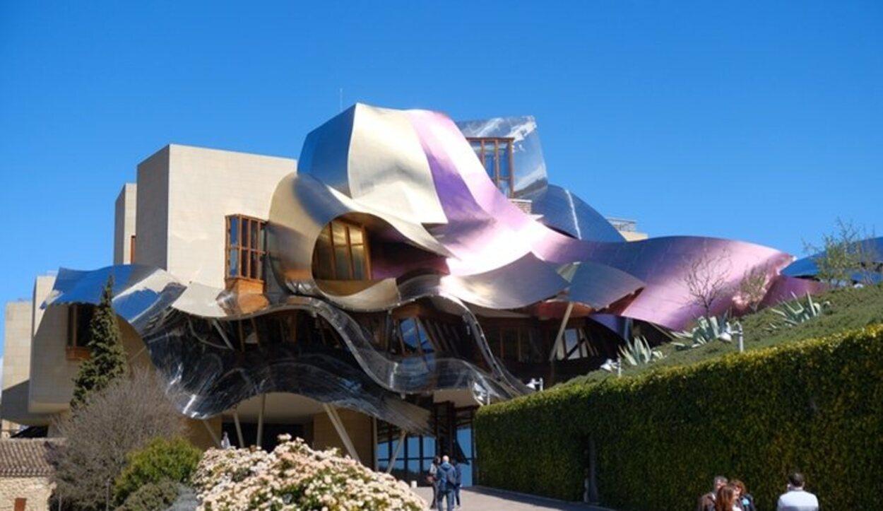 La arquitectura de Bodegas Marqués recuerda al del Museo Guggenheim de Bilbao