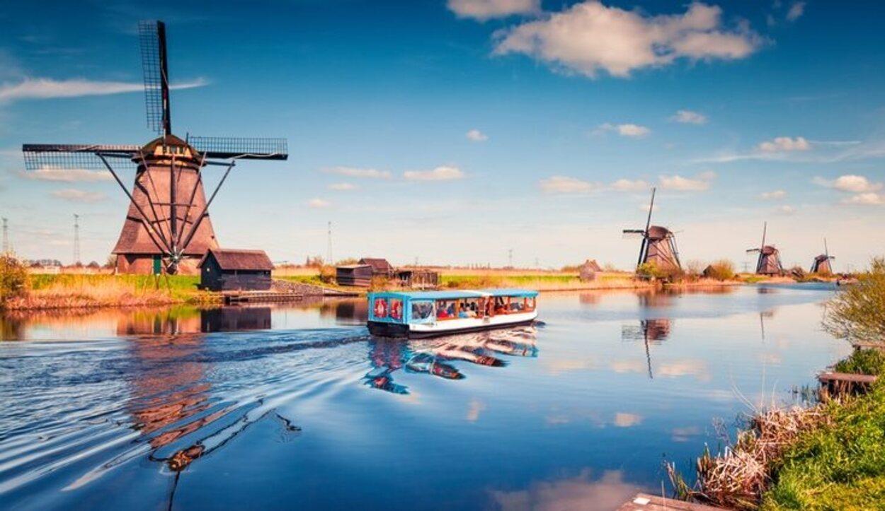 Un barco que recorre las costas de Rótterdam