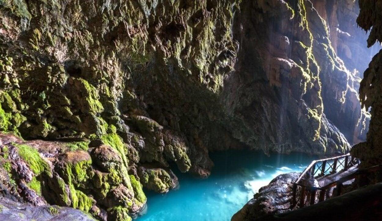 El parque natural esta lleno de grutas, una de las más bonitas, La gruta Iris