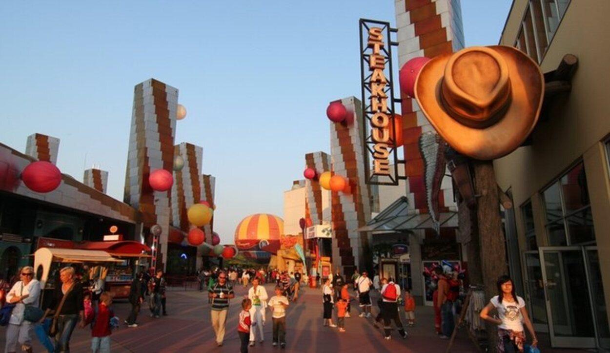Hay diferentes restaurantes en la zona de restauración del parque