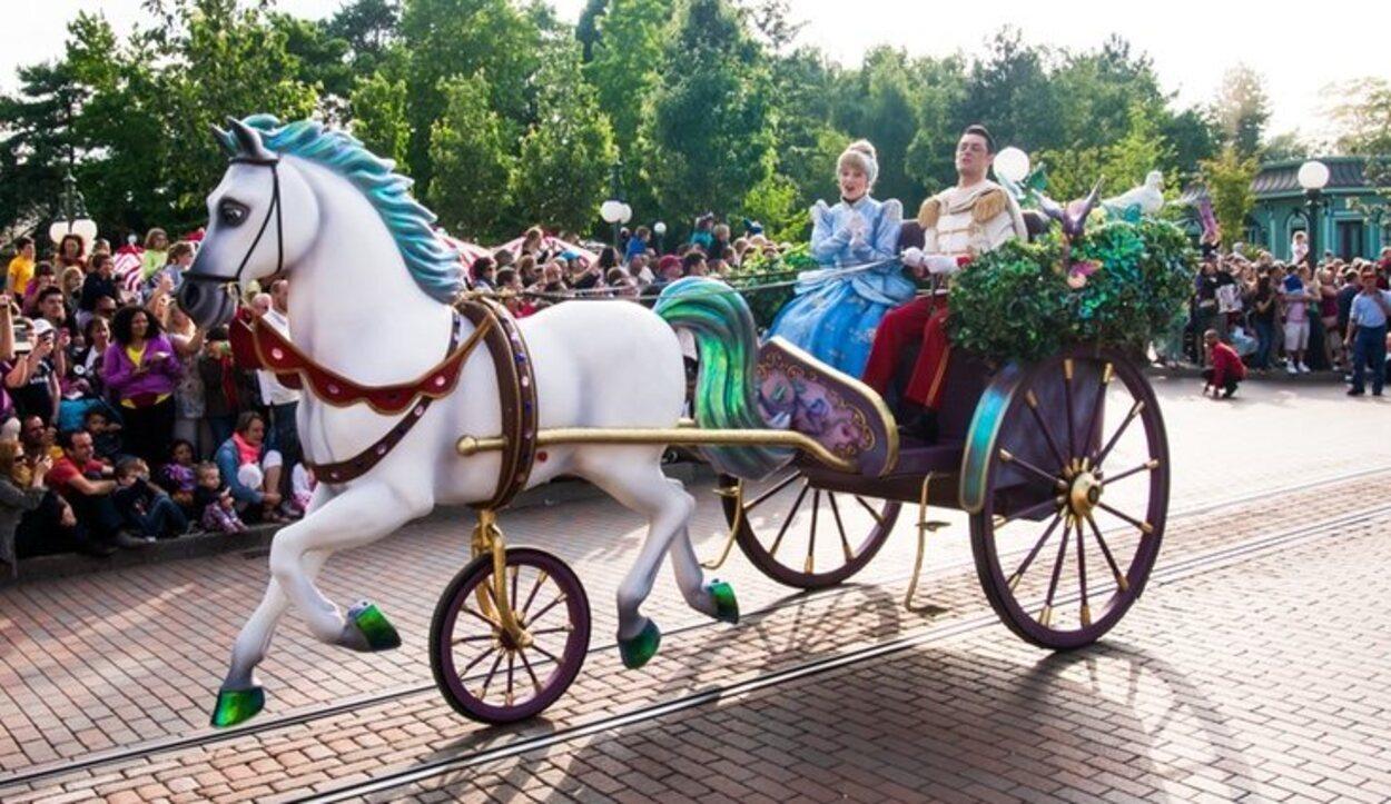 Cada día se puede disfrutar de las magníficas carrozas que circulan por Disneyland París