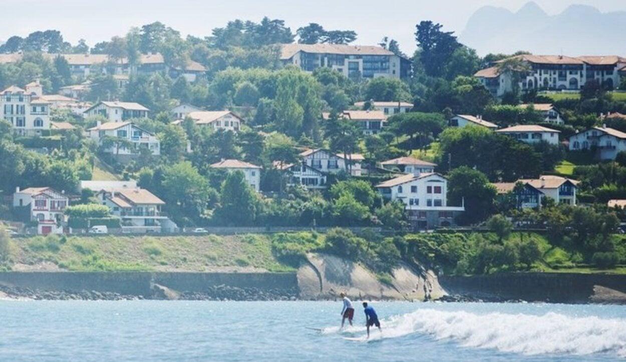 Sus diferentes playas son ideales para practicar surf o paddle surf