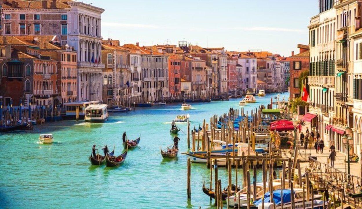El Gran Canal posee 4 kilómetro de longitud y es el más importante de Venecia