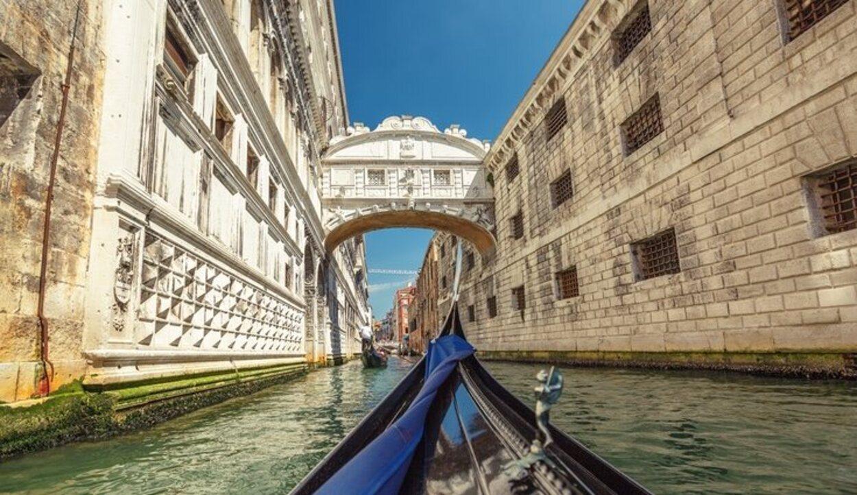 Por el canal nos toparemos con el famoso 'Puente de los Suspiros'