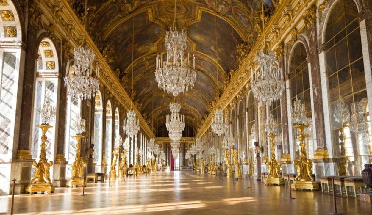 La famosa sala de los espejos en el interior del Palacio de Versalles