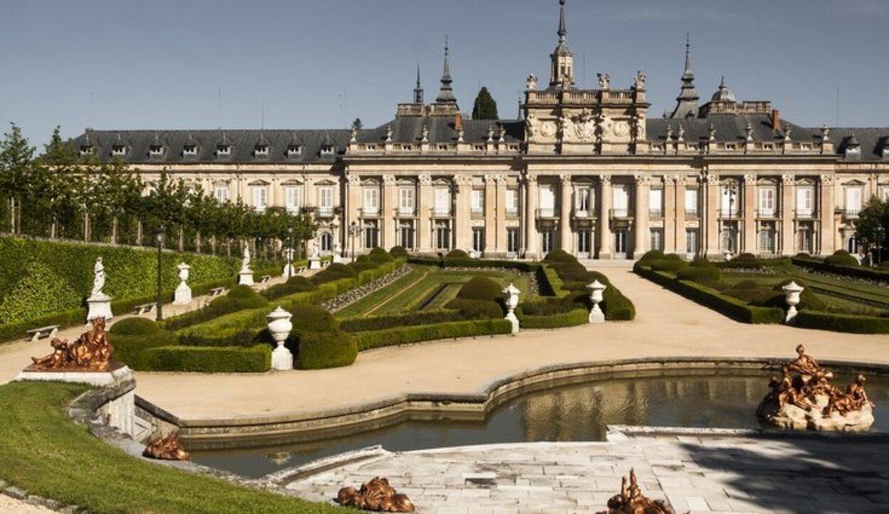 Cuenta también con estancias como la famosa Galería de Espejos