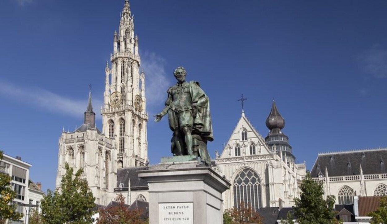 La estatua de Rubens y en el fondo la Catedral de Amberes