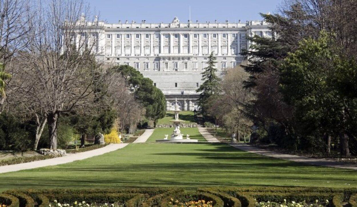 El Campo del Moro está situado detrás del portentoso Palacio Real