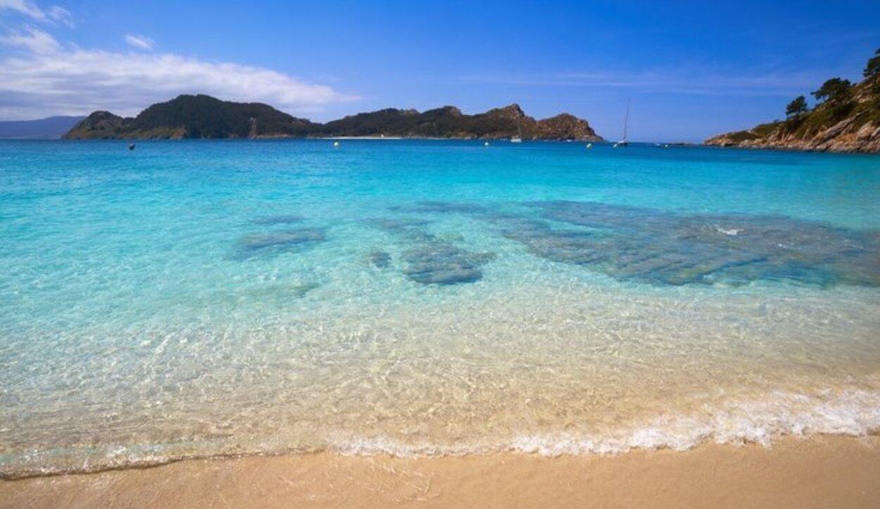 Tumbarse en la toalla, hundir los pies en la arena blanca y finísima y cerrar los ojos para relajarte