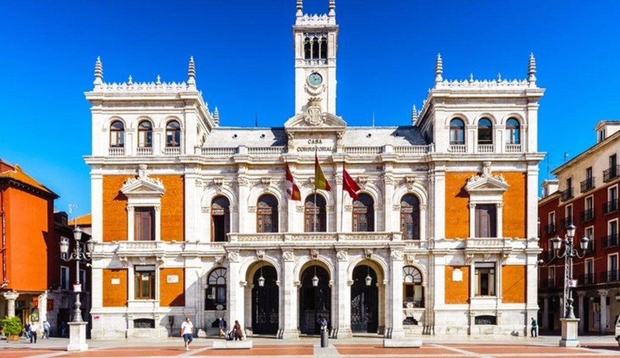 La estatua del Conde Ansúrez que preside la plaza es del escultor Aurelio Pérez Carretero