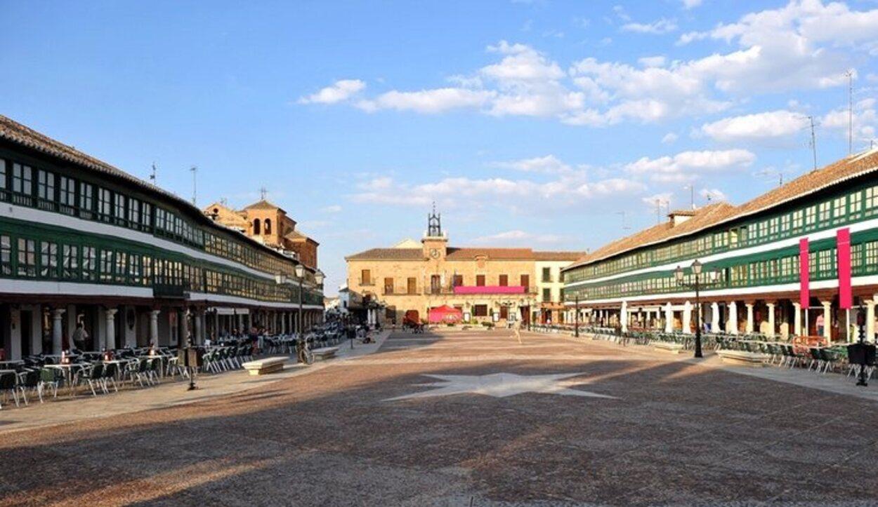 El Corral de Comedias, cuya entrada está en un lateral de la plaza, es una reliquia viva de las representaciones teatrales