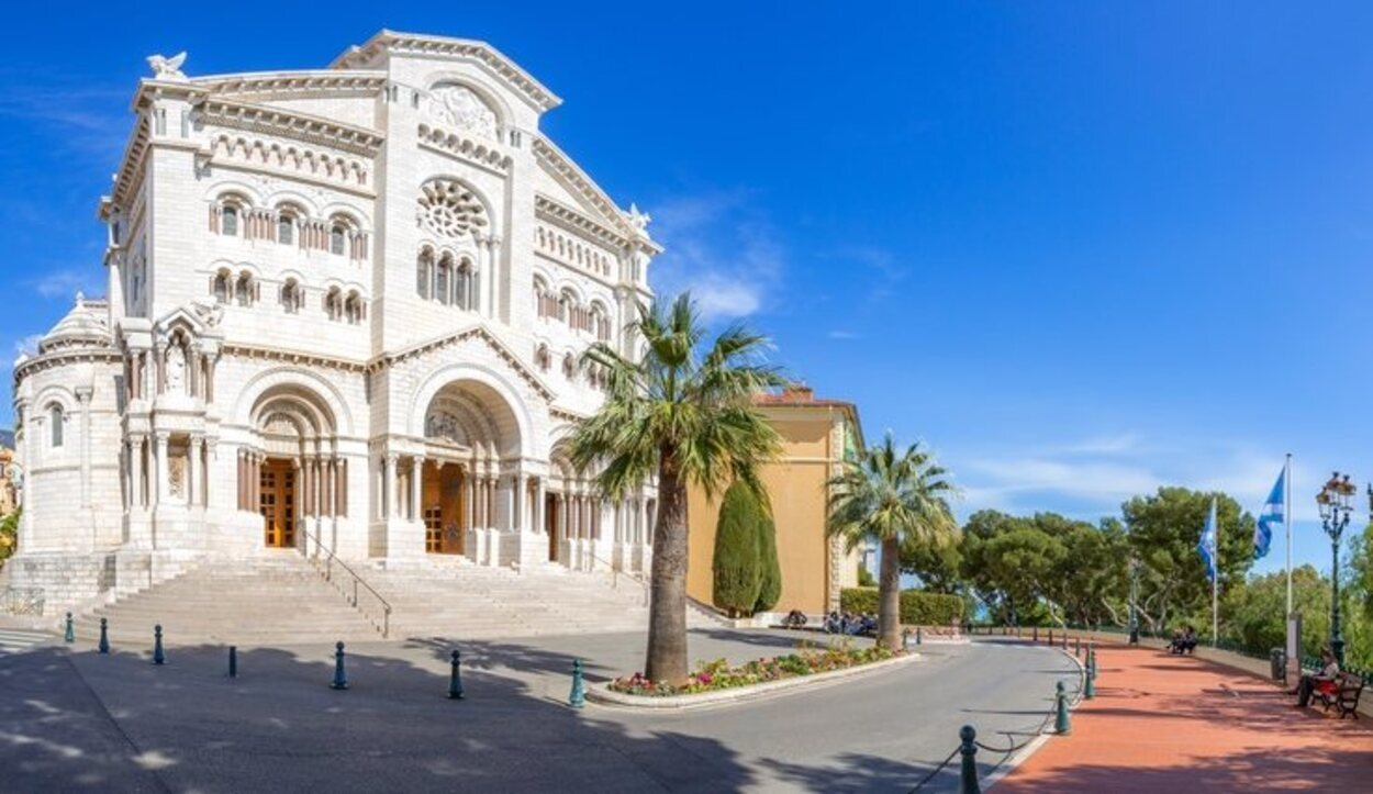 Cerca del palacio está la Catedral de Mónaco
