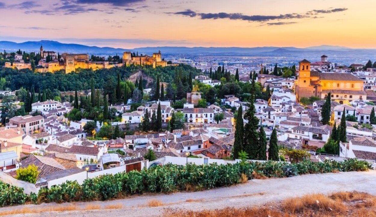 Vista aérea de Granada con La Alhambra iluminada