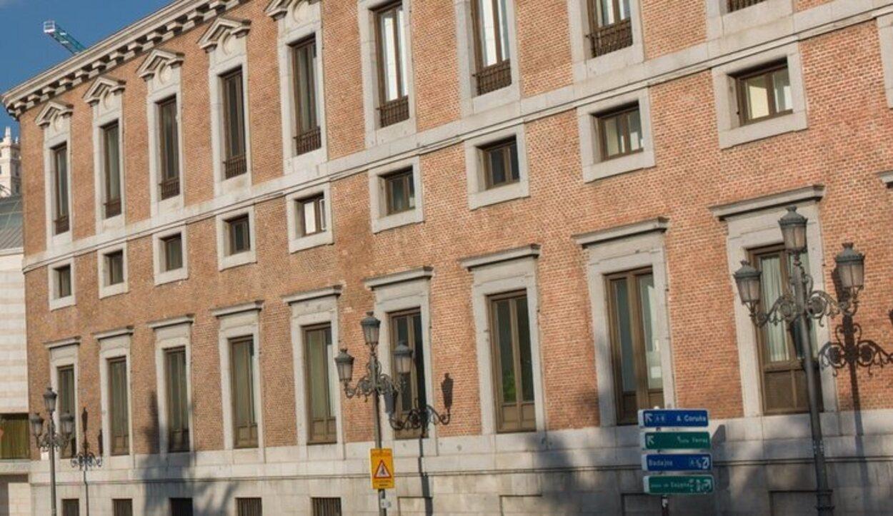 Destaca su fachada que se acopla perfectamente con el resto de edificios de la capital