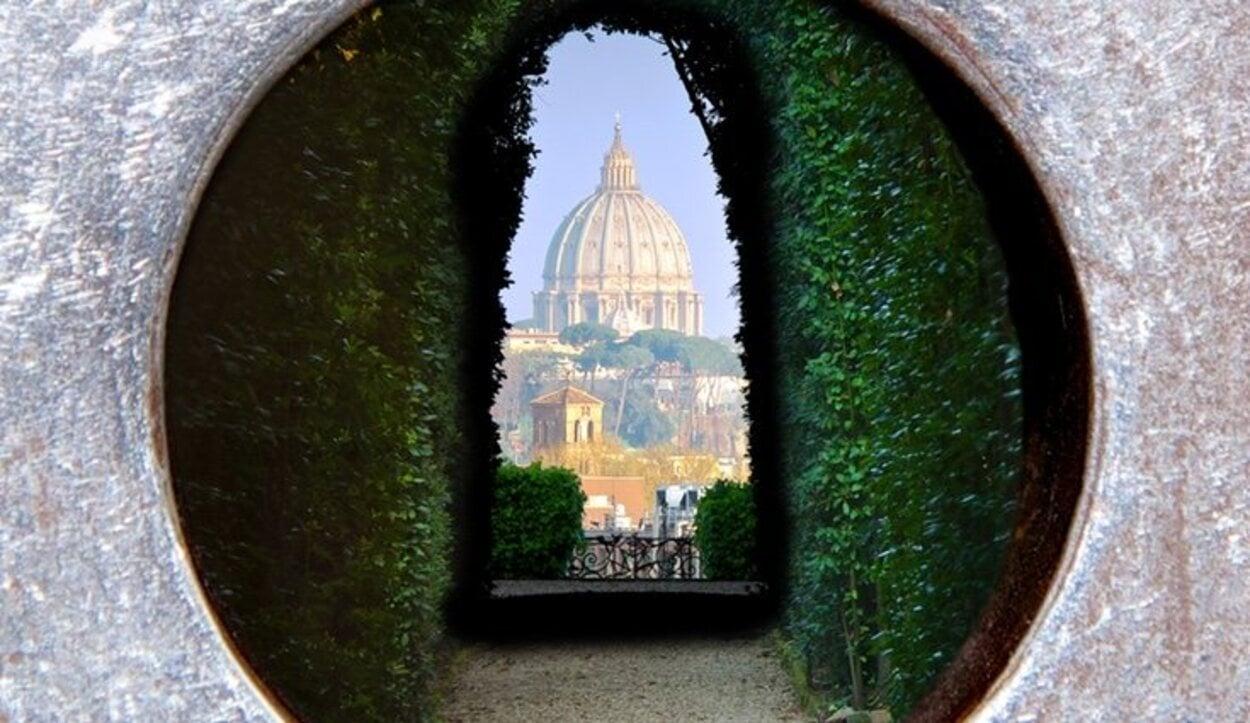 Al fondo aparece, en un encuadre casi divino entre cipreses, la cúpula de la Basílica de San Pedro