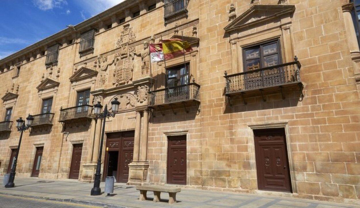 En su fachada destaca su portada con el escudo de la familia López de Ríos y Salcedo