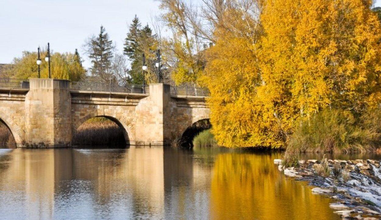 El río discurre por las provincias españolas de Soria, Burgos, Valladolid, Zamora y Salamanca