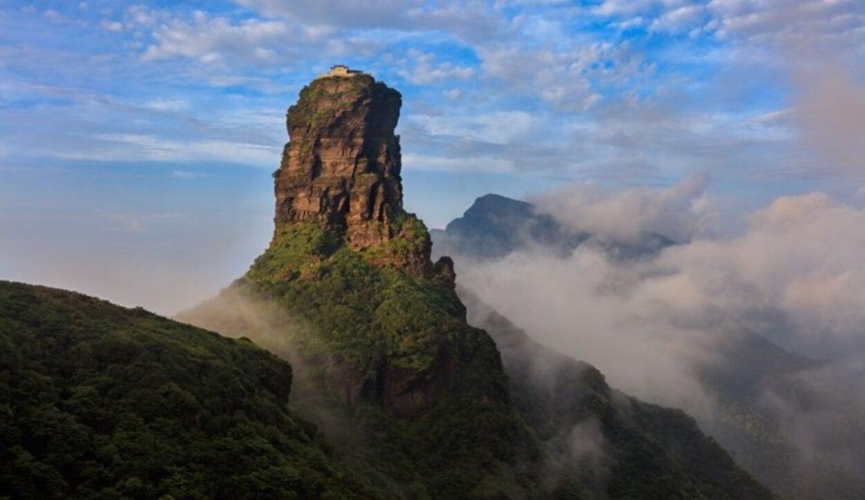 El Monte Fanjingshan es una isla de rocas que flota sobre un océano cárstico