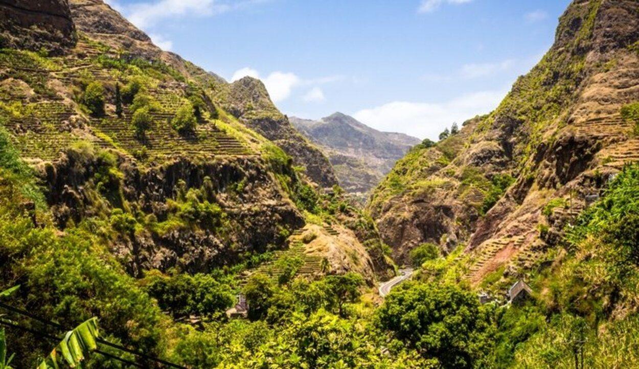 Santo Antão atrae a muchos turistas para hacer excursionismo por sus gargantas, y cañones