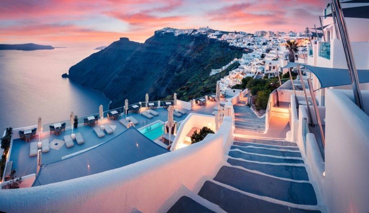 El encanto de Santorini es perderse entre sus callejuelas y empaparse de su cultura