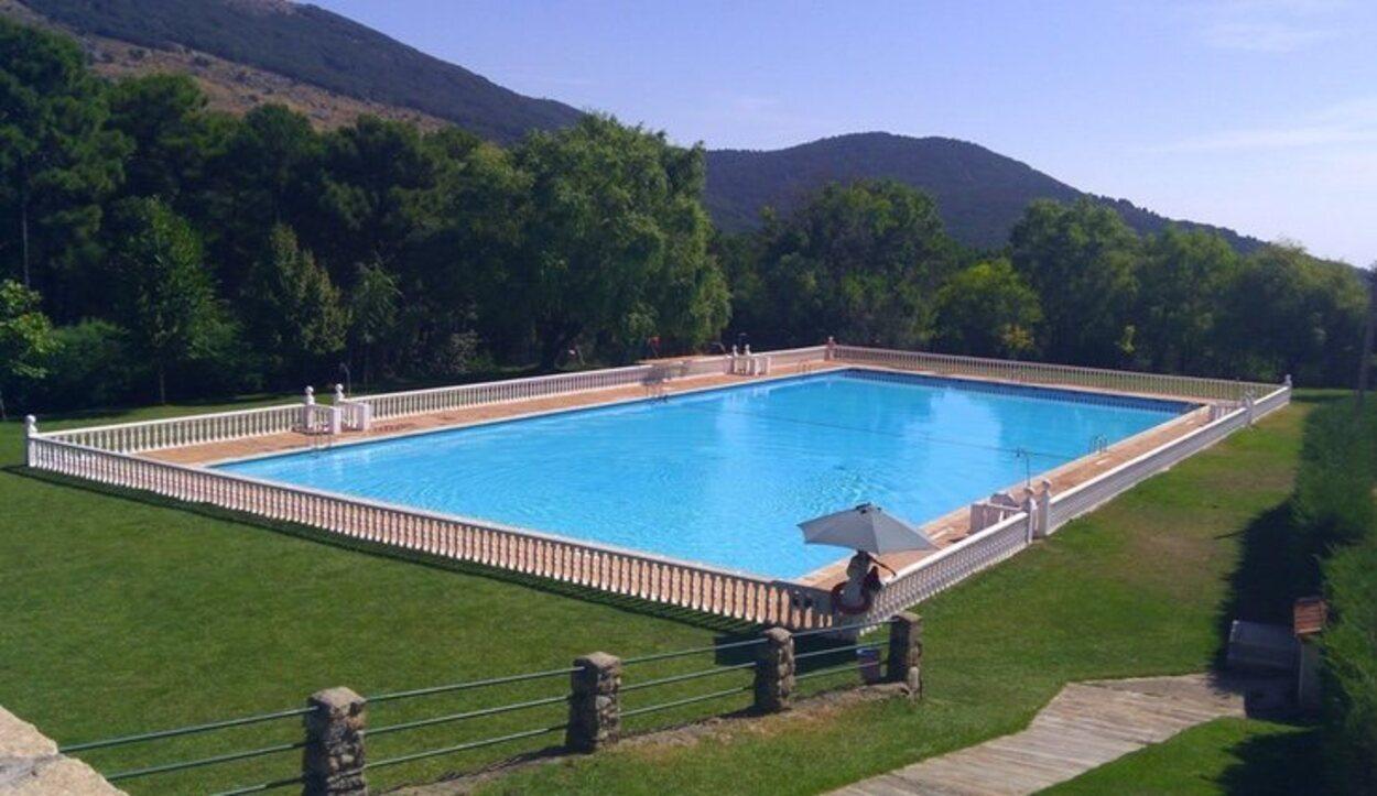 Si vas en verano no te olvides del bikini para darte un chapuzón en la piscina municipal